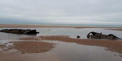 Duikboot torent boven het zand uit in Frankrijk